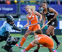 DEN HAAG -  Kellly Jonker (voorgrond) stuit op keeper Sally Rutherford. Xande Waard (m) en Rhiannon Dennison kijken toe. WK Hockey Nieuw Zeeland vs Nederland. ANP KOEN SUYK