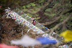 """THEMENBILD - Träger auf der Hillary-Brücke über dem Fluss Dudhkoshi. Wanderung im Sagarmatha National Park in Nepal, in dem sich auch sein Namensgeber, der Mount Everest, befinden. In Nepali heißt der Everest Sagarmatha, was übersetzt """"Stirn des Himmels"""" bedeutet. Die Wanderung führte von Lukla über Namche Bazar und Gokyo bis ins Everest Base Camp und zum Gipfel des 6189m hohen Island Peak. Aufgenommen am 08.05.2018 in Nepal // Trekkingtour in the Sagarmatha National Park. Nepal on 2018/05/08. EXPA Pictures © 2018, PhotoCredit: EXPA/ Michael Gruber"""