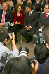 O ministro da Saúde, Dr. José Gomes Temporão (d) conversa com a Dra. Waleska Santos durante abertura oficial da HOSPITALAR 2007-14ª Feira Internacional de Produtos, Equipamentos, Serviços e Tecnologia para Hospitais, Laboratórios, Clínicas e Consultórios, que acontece de 12 a 15 de junho de 2007, no Expo Center Norte, em São Paulo. FOTO: Jefferson Bernardes/Preview.com