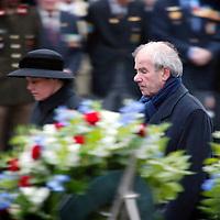 Nederland.Amsterdam.4 mei 2004..Frans Weisglas en zijn vrouw tijdens de kranslegging van de dodenherdenking op de Dam.