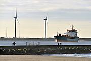 Nederland, the netherlands, 10-2-2020 Zicht op de Noordzee vanaf het strand van Hoek van Holland . Dagjesmensen en andere wandelaars genieten van het mooie weer en een enkele strantent is open voor koffie en ftrites . Foto: ANP/ Hollandse Hoogte/ Flip Franssen