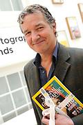 Uitreking van de eerste Nederlandse National Geographic Honorary Award in het FOAM foto museum, Amsterdam.<br /> <br /> Op de foto:  acteur/fotograaf en Thom Hoffman