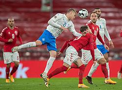 Arnór Sigurdsson (Island) og Mathias Jensen  (Danmark) under kampen i Nations League mellem Danmark og Island den 15. november 2020 i Parken, København (Foto: Claus Birch).