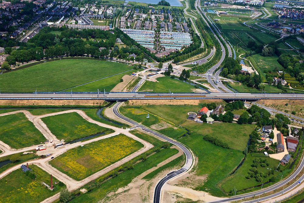Nederland, Utrecht, Leidsche Rijn, 03-05-2011; Spoorlijn met boven de wijk Terweide. Railway next to new housing district Terweide..luchtfoto (toeslag), aerial photo (additional fee required).copyright foto/photo Siebe Swart