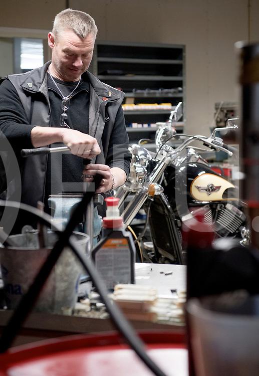 OMMEN - Rossi shop krabbelt weer op.<br /> Foto: Edwin heeft weer de beschikking over een werkplaats en kan weer sleutelen.<br /> FFU PRESS AGENCY COPYRIGHT FRANK UIJLENBROEK
