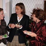 NLD/Apeldoorn/20051216 - Prinses Margriet en schoondochters bezoeken tentoonstelling Bruiden van Het Loo, prinses Marilene van den Broek, Annet Sekreve, prinses Margriet