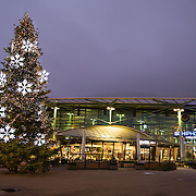 NLD/Schiphol/20151115 - Kerstverlichting en kerstboom op vliegveld Schiphol