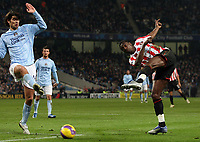 Photo: Paul Thomas/Sportsbeat Images.<br /> Manchester City v Sunderland. The FA Barclays Premiership. 05/11/2007.<br /> <br /> Sunderland's Dickson Etuhu (R) shoots at goal past Vedran Corluka (L).