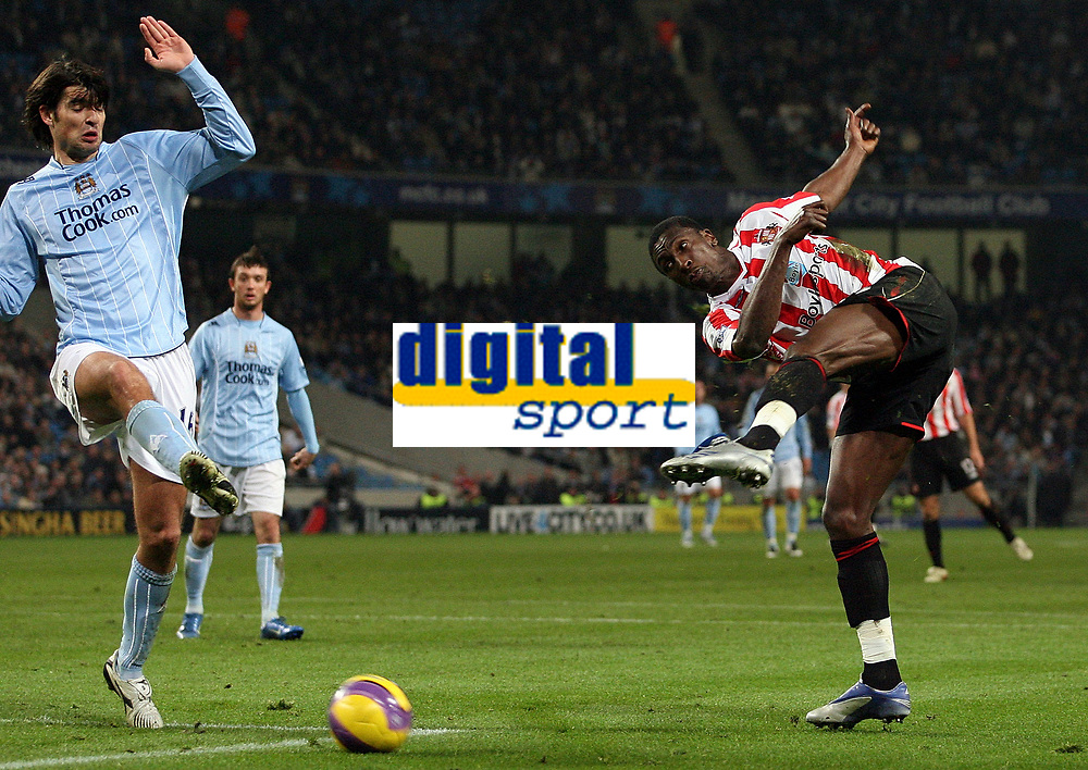 Photo: Paul Thomas/Sportsbeat Images.<br /> Manchester City v Sunderland. The FA Barclays Premiership. 05/11/2007.<br /> <br /> Sunderland's Dickson Etuhu (R) shoots at goal past Vedran Corluka (L).