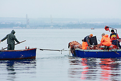 Uomini al lavoro sulle loro barche.