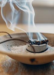 THEMENBILD - Räucherschale mit Kohle und Räucherwerk. Das Räuchern mit Weihrauch und anderem Räucherwerk auf Kohle ist eine Tradition an Weihnachtstagen und in den Rauhnächten um den Jahreswechsel bis zum 6. Jänner, aufgenommen am 01. Jänner 2020 in Kaprun, Oesterreich // Incense bowl with coal and incense. Smoking with frankincense and other incense on coal is a tradition on Christmas days and in the rough nights around the turn of the year until 6 January, in Kaprun, Austria on 2020/01/01. EXPA Pictures © 2020, PhotoCredit: EXPA/Stefanie Oberhauser