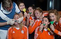 ZWOLLE - Willemijn Bos, Roos Drost, Marloes Keetels, Margot van Geffen, Michelle van der Pols, Carlien Dirkse vd Heuvel.Bitje happen voor de vrouwen van het Nederlands hockeyteam, Het aanmeten van een mondbeschermer. in aanloop van de Champions Trophy in Mendoza (Argentinie).  COPYRIGHT KOEN SUYK