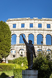 THEMENBILD - Statue vor dem Amphitheater Pula, aufgenommen am 27. Juni 2018 in Pula, Kroatien // Statue in front of the Pula amphitheater, Pula, Croatia on 2018/06/27. EXPA Pictures © 2018, PhotoCredit: EXPA/ JFK