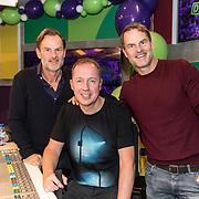 NLD/Hilversum/20181221 - Afscheidsuitzending Edwin Evers, Edwin Evers in de studio met gasten Frank en Ronald de Boer