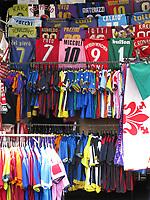 FLORENCE - Veel voetbalshirts op de markt van FlorenceCOPYRIGHT KOEN SUYK