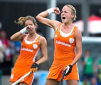 BOOM - Maartje Paumen heeft de stabnd op 1-0 gebracht tijdens de eerste poule wedstrijd van Oranje tijdens het Europees Kampioenschap hockey   tussen de vrouwen Nederland en Ierland. links Eva de Goede. ANP KOEN SUYK