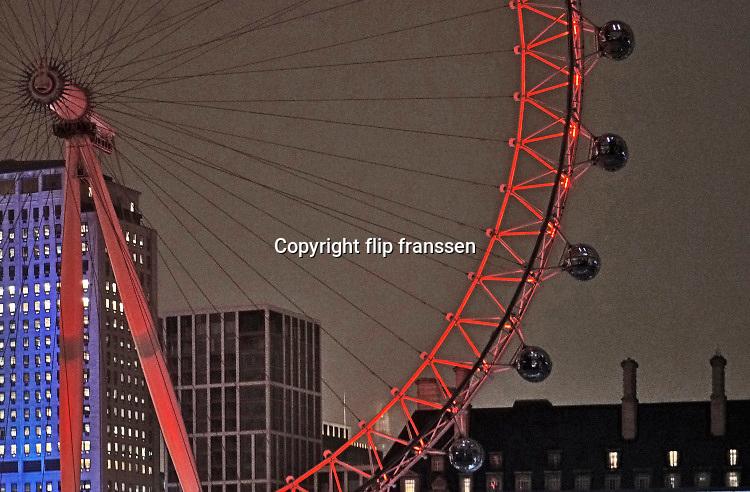 Engeland, Londen, 10-4-2019Straatbeeld van het centrum van de stad. The London eye bij avond.Foto: Flip Franssen