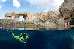 Azure Window and scuba diver, splitlevel picture, Gozo, Malta, Sued Europa, Mittelmeer, Mare Mediterraneum, Sotuh Europe, Mediterranean Sea