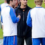 AUS/Seefeld/20100529 - Training NL Elftal WK 2010, fysiotherapeut Arno Philips in gesprek met Dirk Kuyt en Mark van Bommel