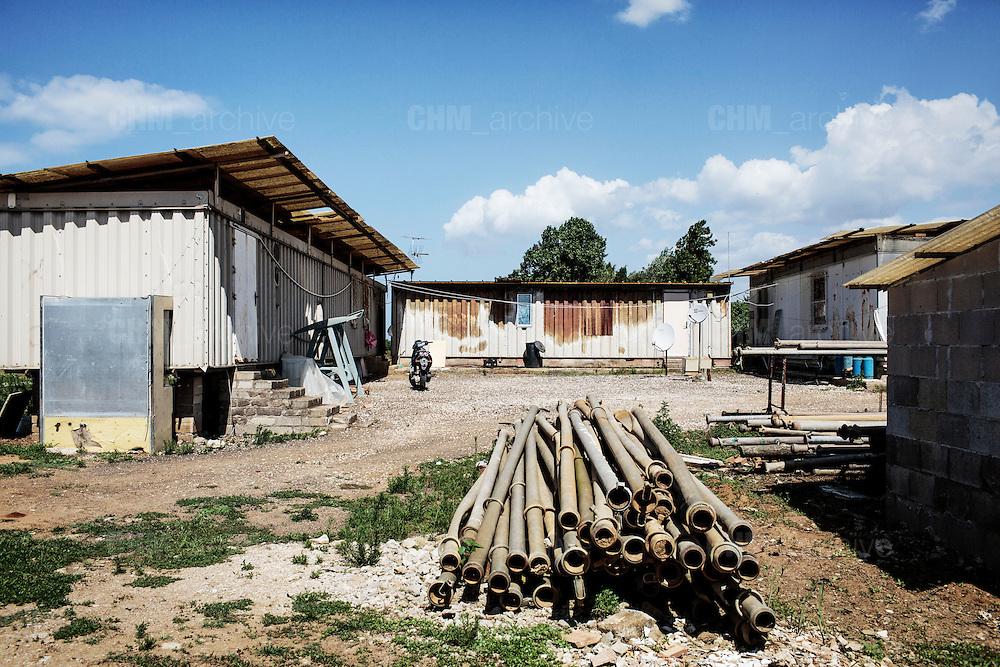 Container adibiti ad alloggi nelle campagne agricole di Sabaudia (Latina), Giugno 2014.  Christian Mantuano / OneShot