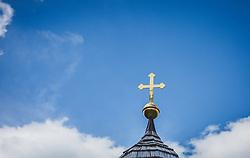 THEMENBILD - das Kreuz einer Kapelle vor blauem Himmel und Wolken, aufgenommen am 09. August 2018, Kaprun, Österreich // the cross of a chapel in front of blue sky and clouds on 2018/08/09, Kaprun, Austria. EXPA Pictures © 2018, PhotoCredit: EXPA/ Stefanie Oberhauser