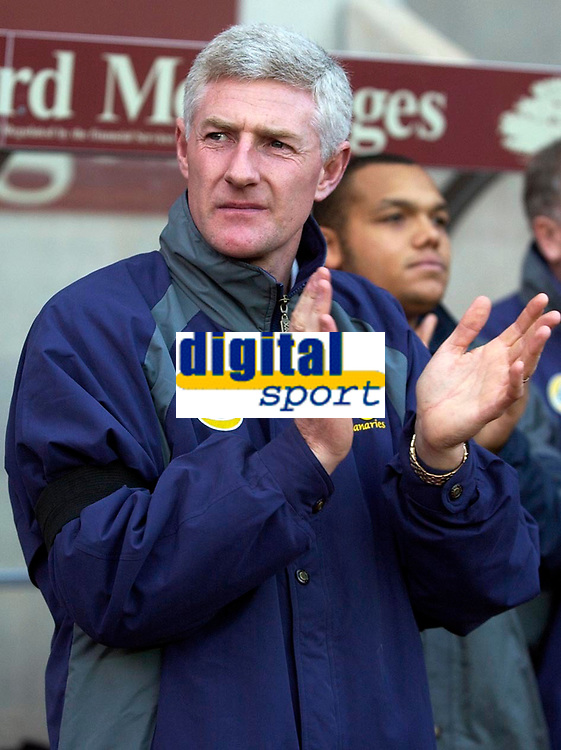 Photo: Daniel Hambury.<br />Coventry City v Norwich City. Coca Cola Championship.<br />26/11/2005.<br />Norwich's manager Nigel Worthington takes part in a minutes applause in memory of fellow Northern Irishman George Best.