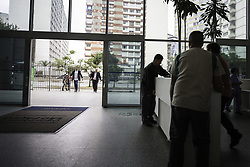 May 10, 2017 - Funcionários realizam mudanças no hall de entrada na Câmara Municipal de São Paulo. A Casa começa a pedir documento de identificação com foto à partir de amanhã (11) para os cidadãos que visitarem o prédio. (Credit Image: © Bruno Rocha/Fotoarena via ZUMA Press)