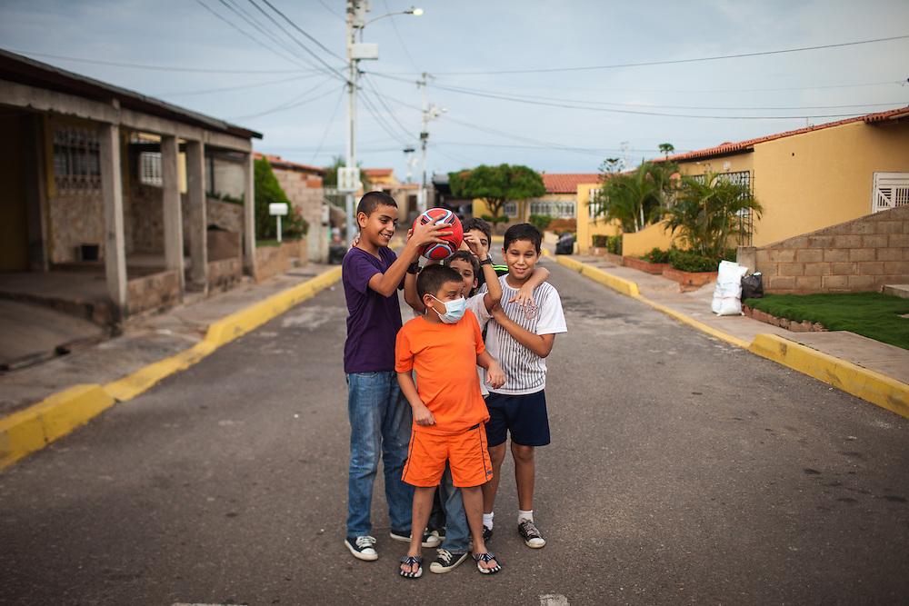 Amigos de Manuel Alejandro Romero bromean mientras se preparan para posar para una foto. Gracias a FundaHigado, en junio de 2012, recibió un trasplante de higado que le permite disfrutar de la vida. Maracaibo, Venezuela 20 y 21 Oct. 2012. (Foto/ivan gonzalez)