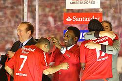 Taison recebe a medalha do rei Pelé após a partida entre as equipes do Internacional e Chivas, realizada no Estádio Beira Rio em Porto Alegre, válido pela final da Copa Libertadores da America 2010, onde o colorado sagrou-se bicampeão. FOTO: Jefferson Bernardes / Preview.com