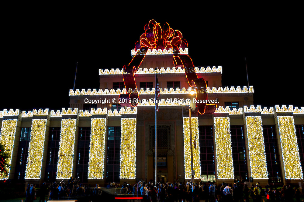 A  giant bow illuminations is lit at the Citadel Outlets on Thursday November 7, 2013 in Los Angeles, California. The bow is the biggest in the world, measuring 36 feet wide and 21 feet tall. (Photo by Ringo Chiu/PHOTOFORMULA.com)<br /> 11月7日,在美国加利福尼亚州洛杉矶,城堡奥特莱斯 (Citadel Outlets)为一个巨型蝴蝶结灯饰举行亮点仪式。该巨型蝴蝶结有36英尺宽,21英尺高,是现时世界上最大蝴蝶结。
