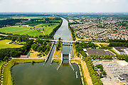 Nederland, Gelderland, Heumen, 26-06-2014; keersluis Heumen in het Maas-Waalkanaal. Rechts Heumen. Naast de heftorens van de keersluis de sluiskolk van de oude schutsluis. Bij hoogwater gaan beide sluisdeuren dicht en fungeert het complex als hoogwaterkering.<br /> Floodgate in Maas-Waal Channel between rivers Rhine and Meuse, south of Nijmegen<br /> luchtfoto (toeslag op standaard tarieven);<br /> aerial photo (additional fee required);<br /> copyright foto/photo Siebe Swart.