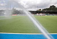 AMSTELVEEN - het sproeien van het water kunstgrasveld in het Wagener hockeystadion in Amstelveen.  COPYRIGHT KOEN SUYK