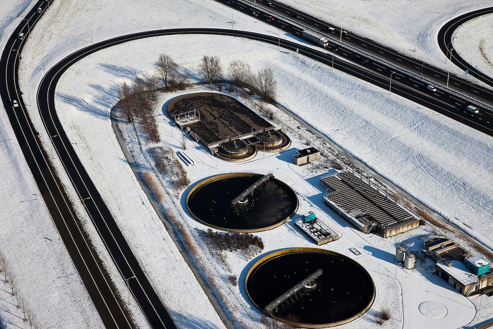 "Nederland, Utrecht, Houten, 31-01-2010; rioolwaterzuiveringsinstallatie (rwzi), gelegen in de 'oksel' van de oprit naar de A27;.wastewater treatment plant (WWTP), located in the ""armpit"" of the ramp of the A27.luchtfoto (toeslag), aerial photo (additional fee required).foto/photo Siebe Swart"