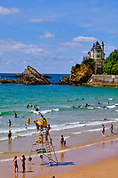 France, Pyrénées-Atlantiques (64), Pays Basque, Biarritz, surfeurs sur la plage des Basques avec vue sur la villa Belza // France, Pyrénées-Atlantiques (64), Basque Country, Biarritz, surfers on the Plage des Basques beach with a view of the Villa Belza