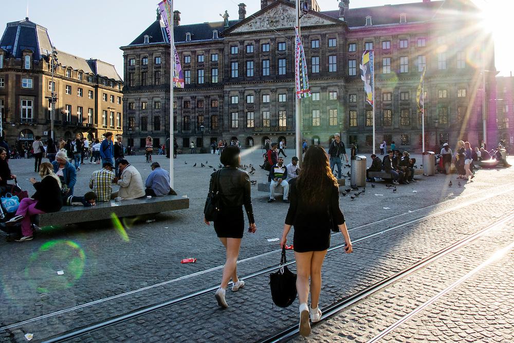 In Amsterdam steken twee vrouwen met korte rokjes de Dam over bij het paleis.<br /> <br /> In Amsterdam, two women with short skirts stabbing the Dam at the palace.