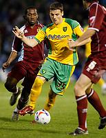 Photo: Paul Greenwood.<br />Burnley v Norwich City. Coca Cola Championship. 17/04/2007.<br />Norwich's Chris Martin (C) on the attack