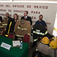 """TOLUCA, Mexico.- Javier Martinez Gomez, representante en Mexico de """"Team Fenix"""", el diputado Eynar de los Cobos y representantes del gobierno del estado durante la entrega de equipos, usados por departamentos de bomberos en Estados Unidos, donados al cuerpo de bomberos de esta ciudad. Agencia MVT / Mario Vazquez de la Torre. (DIGITAL)"""