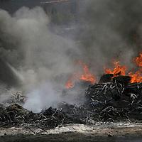 Chapultepec, México.- Un fuerte incendio se registro en un almacen de desechos industriales,  en el Km. 7 de la carretera Mexicaltzingo Santiago Tianguistenco, bomberos de Metepec, Mexicaltzingo, y Santiago Tianguistenco, asi com Protección Civil de Chapultepec y Santa Cruz Atizapan controlaron el fuego, elementos de mla SSC, acordonaron la zona.  Agencia MVT / José Hernández