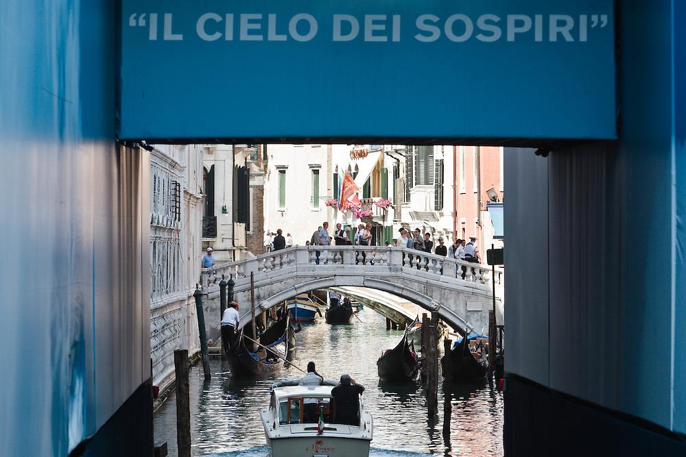 06 MAY 2011 - Venezia - Affissioni invasive. ponte della Canonica, di fronte al ponte dei Sospiri :-: Venice (Italy) - Invasive advertising