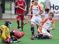 MELBOURNE -    Quirijn Caspers (r) ziet de bal gekeerd worden door de Belgische keeper Vincent Vanasch tijdens de hockeywedstrijd tussen de mannen van Nederland en Belgie (5-4) bij de Champions Trophy hockey in Melbourne. Robbert Kemperman (m) kijkt toe.  ANP KOEN SUYK