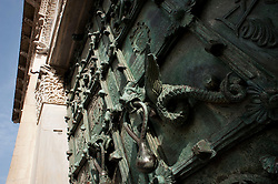 Troia (FG), aprile 2013.La concattedrale della Beata Vergine Maria Assunta in Cielo, già cattedrale, è il principale luogo di culto cattolico di Troia, in provincia di Foggia, concattedrale della Lucera-Troia..La chiesa è un edificio a croce latina dalle importanti peculiarità e dall'indubbio interesse architettonico sito a Troia, in provincia di Foggia, e costruito tra il 1093 e il 1125. L'edificio è dedicato alla Beata Maria Vergine Assunta in Cielo ed è costruita secondo lo stile romanico, per quanto nella sua realizzazione abbia risentito dello stile pisano-orientale. È uno dei capolavori dell'architettura romanica in Capitanata, non tanto per le proporzioni quanto per l'armonia della costruzione..La facciata è larga 19 metri ed è alta (alla cuspide) 28,5 metri. Dalla soglia all'abside la concattedrale è lunga 54 metri. In totale la costruzione occupa una superficie di circa 1325 m².