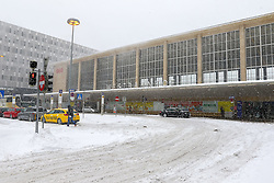 THEMENBILD - Winter in Wien, Österreich. Aufgrund von Schneefall kommt es in Wien zu einem Verkehrschaos und viele Züge sind verspätet, aufgenommen am 09. Februar 2015, . im Bild der Eingang zum Westbahnhof // Winter in Vienna, Austria. The image was taken on 2015/02/09. AUT, EXPA Pictures © 2015, PhotoCredit: EXPA/ Sebastian Pucher
