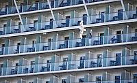 AMSTERDAM - Balkons van het  cruisschip Celebrity Silhouette aan het Oostelijke Handelskade.   ANP COPYRIGHT KOEN SUYK