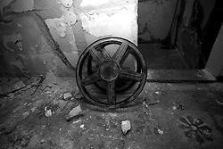 Ogni pellicola cinematografica possiede uno scheletro per essere avvolta. Questa bobina  è stata fotografata nel vecchio cinema abbandonato di Lizzano (Ta) il cinema Massimo.
