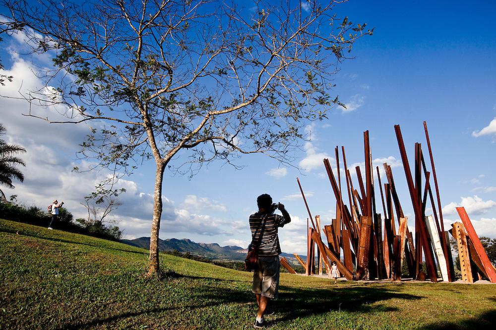 Brumadinho_MG, Brasil...Centro de Arte Contemporanea Inhotim (CACI). Na foto a obra Bean Drop, de Cris Burden...The Inhotim Contemporary Art Center (CACI). In this photo the art Bean Drop of Cris Burden...Foto: NIDIN SANCHES / NITRO