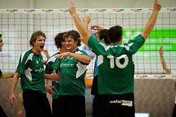 27-10-2012 VOLLEYBAL: VV ALTERNO - E DIFFERENCE SSS: APELDOORN<br /> Eerste divisie A mannen - Alterno wint met 4-0 van SSS / (L-R) Kevin van de Pol, Michiel van de Beek, Paul van Roomen<br /> ©2012-FotoHoogendoorn.nl