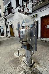 Questo è ciò che ne rimane di una vecchia cabina telefonica fotografata nei pressi del porto di Brindisi. Nell'era digitale, dove ormai il cellulare è entrato di prepotenza nella nostra società consumistica, questa cabina sembra quasi rassegnarsi al suo destino, alla sua inutilità.