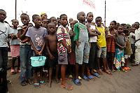 26 SEP 2006, KINSHASA/CONGO:<br /> Kinder waehrend einer Informationsveranstaltung, im Rahmen derer die Bevoelkerung über die EUFOR RD CONGO Mission aufzuklaeren<br /> IMAGE: 20060926-01-068<br /> KEYWORDS: Informationsfahrt, Gespräch, Gespraech, Bevölkerung, Kongo, Afrika, Africa