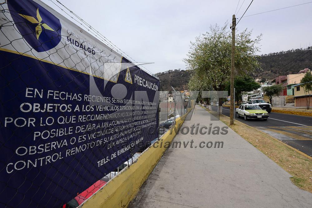 Toluca, México (Abril 25, 2016).- Una escuela particular instalo mantas de advertencias sobre Paseo Matlazincas para prevenir a los automovilistas de la zona por robo de automóviles y cristalazos.  Agencia MVT / Crisanta Espinosa.