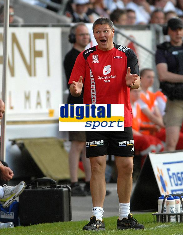 Fotball Tippeligaen 04.06.08 Rosenborg - ( RBK ) - Brann,<br /> Trener Mons Ivar Mjelde i hyggelig passiar med RBK-trenerne om en nesten-sjanse.<br /> Foto: Carl-Erik Eriksson, Digitalsport